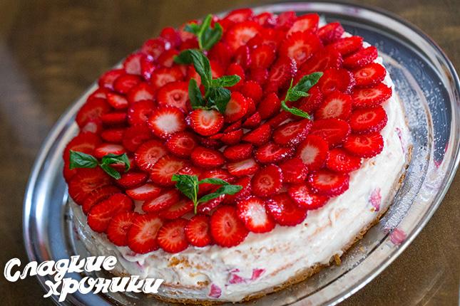 Готовый торт с фруктами