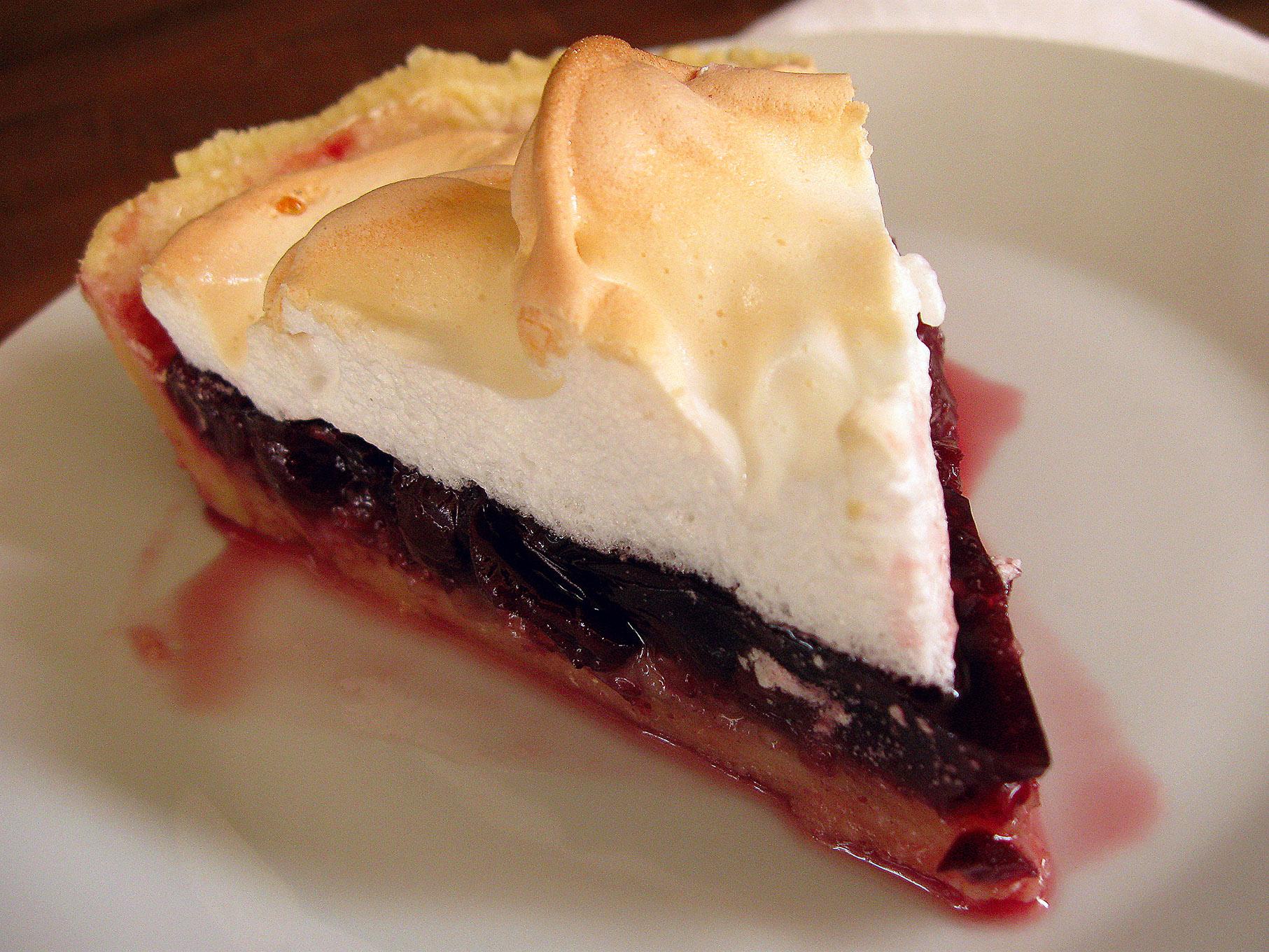Пирог с вишней и безе